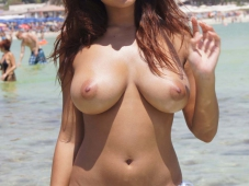 Belle poitrine bronzée - Gros seins nus