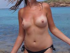 Beaux seins nus en vacances à la mer
