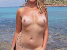 Blonde exhibe ses seins et sa chatte