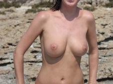 Les beaux seins d'une brune en vacances