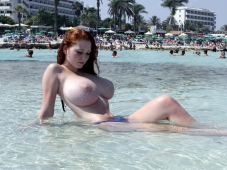 Rousse aux très gros seins