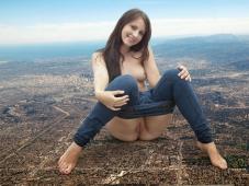 Fille nue assise sur la terre - Humour sexe