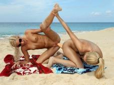 Double gode sur la plage - Humour sexe