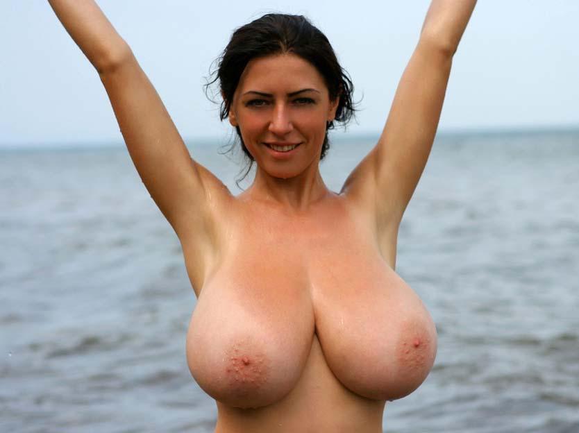 Голые сиски на пляже видео