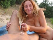 Éjaculation dans les mains de sa femme - Sexe plage