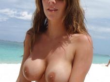 Gros seins naturels - Sexe plage