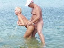 Baisée en levrette dans la mer - Sexe plage