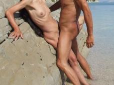 Baise contre un rocher - Sexe plage