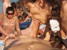 Pipe devant tout le monde - Sexe plage naturiste