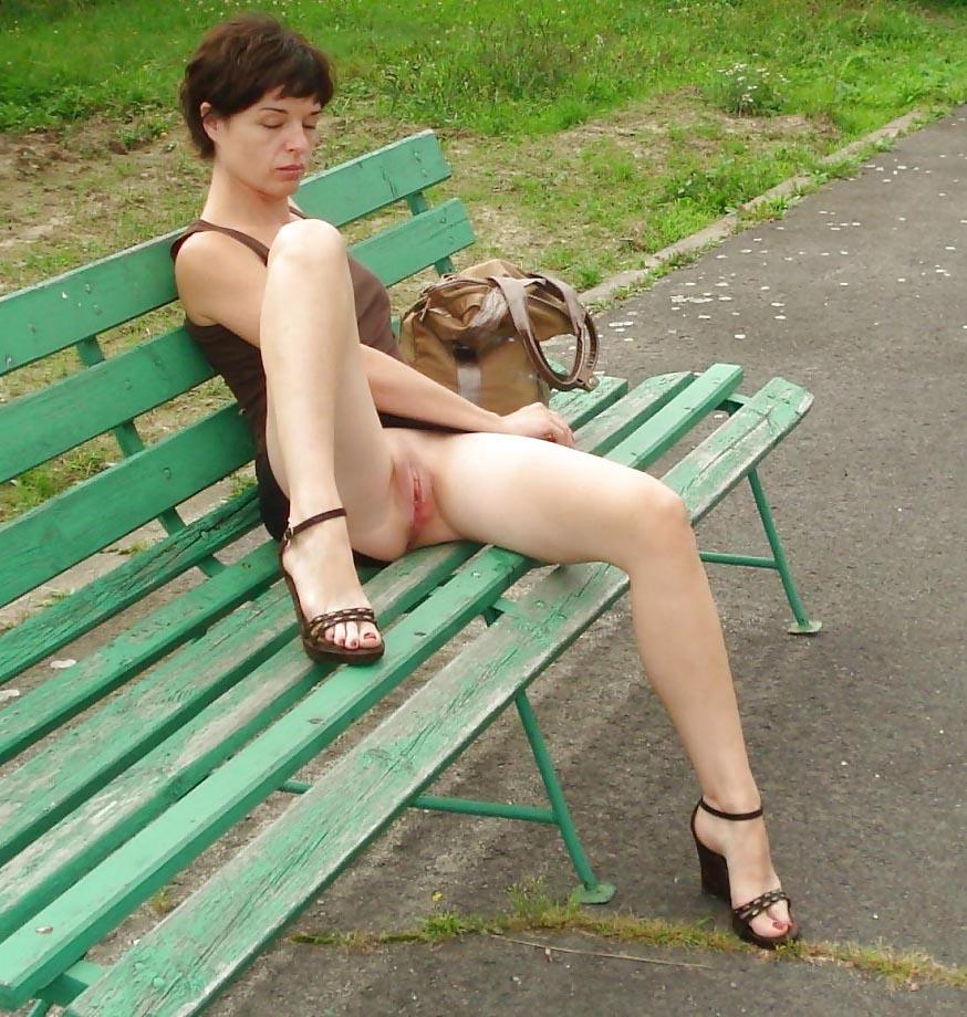 Elle se balade cul nu dans la rue - 2 10