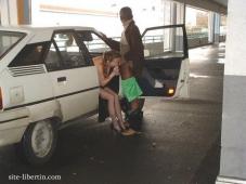 Pipe dans un parking - Photos libertines