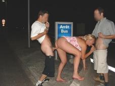 Baise à l'arrêt de bus en trio