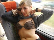 Montre ses seins dans le TGV - Vacances sexe
