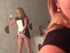Cougar selgie sexy dans les toilettes - Vacances sexe