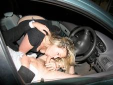 Fellation siège d'une voiture - Sexe libertin