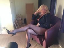 Assise en talons aiguilles - Femme mature libertine