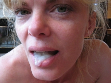 Femme offerte avec du sperme dans la bouche