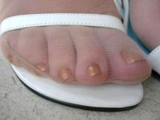 Doigts de pied gros plan (collants et vernis)