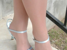 Pieds en collants vernis rouge et chaussures à talon