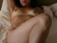 Femme libertine nue sur son lit