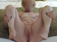 Jambes écartées, chatte à l'air - Femme offerte