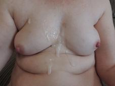 Sperme sur les seins - Femme offerte