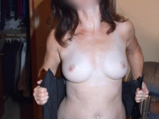 Exhie sa poitrine - Cougar salope