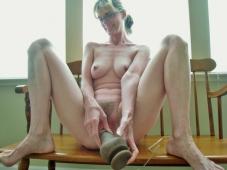 Se masturbe avec son sextoy favori - Mature salope