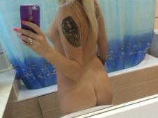 Selfie d'une blonde au petit cul