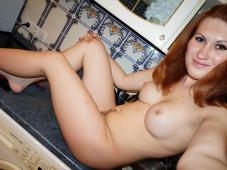 Jeune femme rousse pose nue