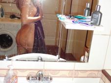 Coquine blonde se prend nue dans la salle de bain
