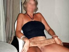 Femme mature qui ne porte pas de culotte