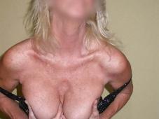Mature blonde montre ses seins
