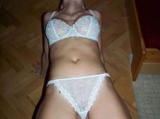 Femme pose avec une lingerie blanche