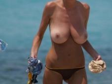 Gros nibards en vacances à la plage