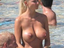 Gros seins dans la mer