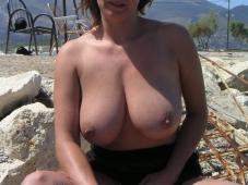 Femme sexy exhibe ses gros seins