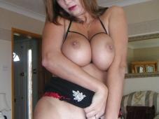 Serre ses gros seins - Femme mûre nue