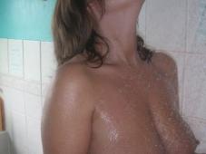 Femme mûre nue sous la douche