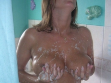 Femme mûre caresse ses grosses loches sous la douche