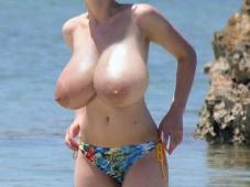 Immense poitrine à la plage