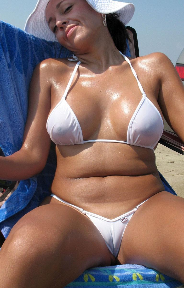 femme mure sur la plage
