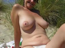 Beaux seins dans les dunes - Femme mature