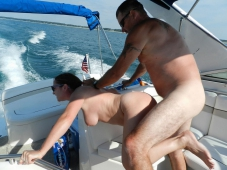 Baise sauvage sur le bateau - Femme mature