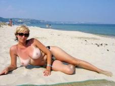 Grosse paire de miches sur la plage - Femme mature
