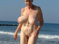 Gros seins qui ballotent - Femme mature