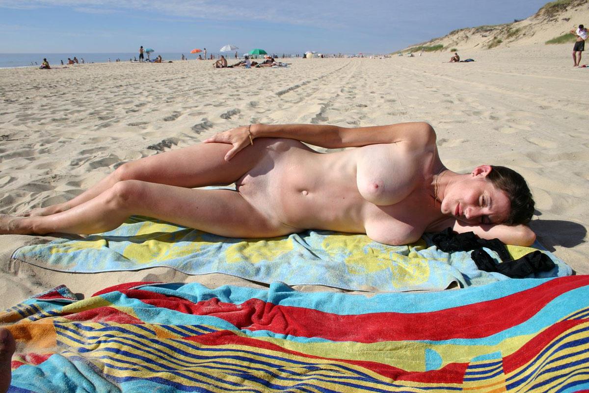 video-golie-nudisti-na-plyazhe