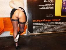 Exhibition métro : beau cul et bas nylon