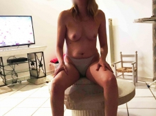 femme nue chez elle