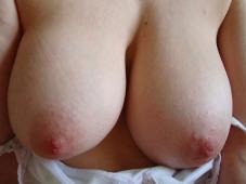Toulonnaise présente ses seins nus